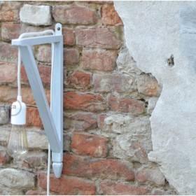 Elisa Sanfelici: lampada con sostegno in legno