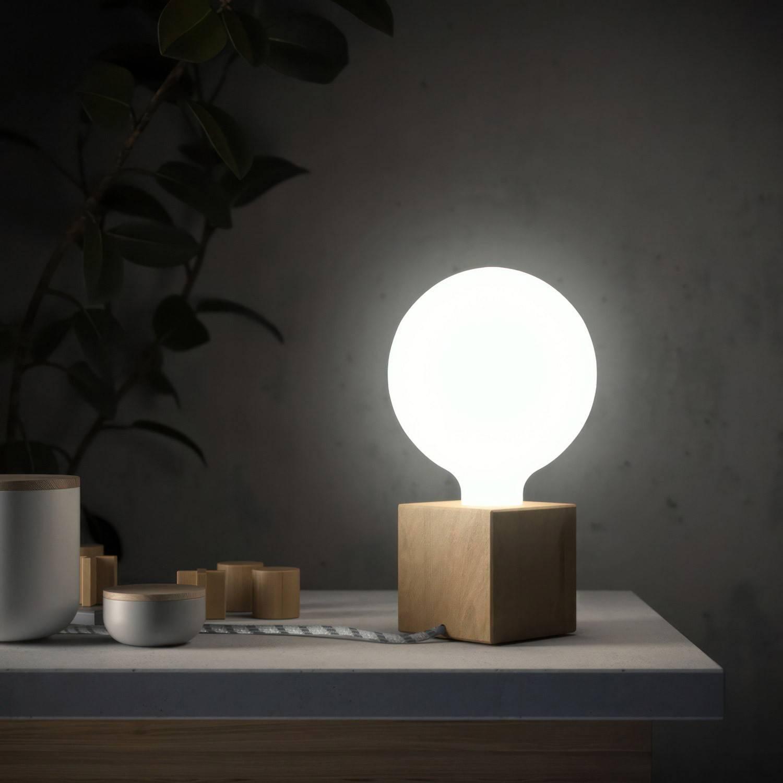 Posaluce Cubetto, lampada da tavolo in legno naturale completa di cavo tessile, interruttore e spina a 2 poli
